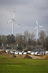 Kanalbau in Neubausiedlung vor Windpark am RWE Braunkohletagebau Garzweiler  Juechen  Nordrhein-Westfalen  Deutschland