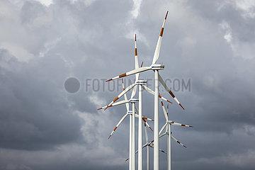 Windpark  Vestas Windraeder vor dunklem Wolkenhimmel  Bedburg  Nordrhein-Westfalen  Deutschland