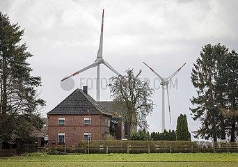 Wohngebaeude vor Windpark  Korschenbroich  Nordrhein-Westfalen  Deutschland