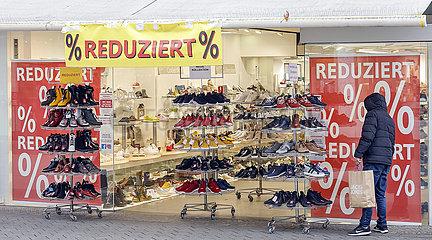 Click and Meet  Lockdown  wenige Passanten in der Innenstadt  Dueren  Nordrhein-Westfalen  Deutschland