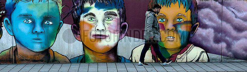 Deutschland  Bremen - legaler Graffiti an einer Betonwand mit Gesichtern von drei Jungen