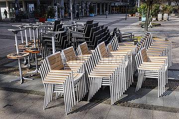 Coronakrise  geschlossene Restaurants und Geschaefte auf dem Kennedyplatz  Essen  Nordrhein-Westfalen  Deutschland