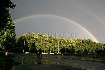 Polen  Poznan - Regenbogen nach einem Gewitter ueber dem Park Wilsona