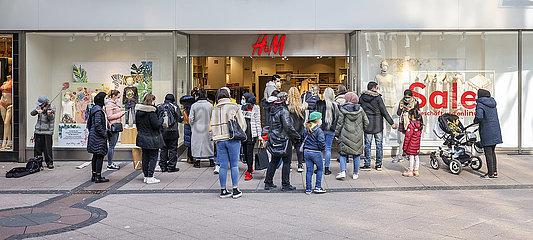 Click & Meet bei H&M  Einzelhandel in der Coronakrise  Essen  Nordrhein-Westfalen  Deutschland