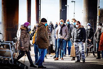 HVV Fahrgäste mit Masken an der Elbe