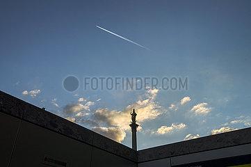 Mariensaeule  Flugzeug  Marienplatz  Abendlicht  20. Maerz 2021