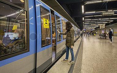 Frau schuetzt sich vor Corona mit Handschuhen  U-Bahn  Muenchen  April 2020