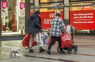 Shopping in der Neuhauser Strasse  Fussgaengerzone  Muenchen  19. Maerz 2021