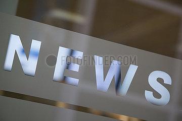 Deutschland  Bremen - Blick auf das Fenster des newsroom der lokalen Tageszeitung Weser Kurier