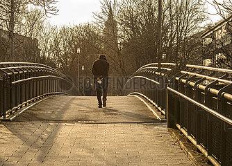 alter Mann  Rentner  Spaziergang mit FFP2-Maske  Muenchen-Neuperlach  23. Maerz 2021