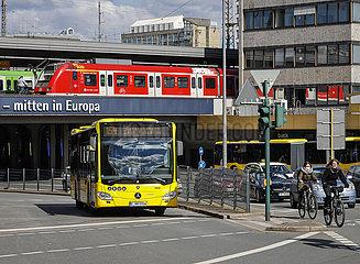 Verschiedene Verkehrsmittel in der Innenstadt  Essen  Nordrhein-Westfalen  Deutschland
