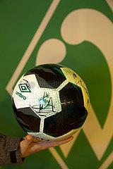 Deutschland  Bremen - Spielball des Fussball-Bundesligisten Werder Bremen mit den Autogrammen des aktuellen Kaders