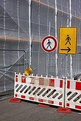 Baustellenabsperrung an einer eingeruesteten Buerobaustellenfassade  Essen  Nordrhein-Westfalen  Deutschland