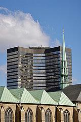 Rathaus Essen hinter dem Essener Dom  Essen  Nordrhein-Westfalen  Deutschland