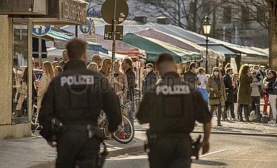 Polizeistreife am Viktualienmarkt  Lockdown  Muenchen  26. Maerz 2021