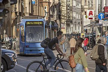 lebhafter Verkehr am Isartor  Muenchen  26.03.2021