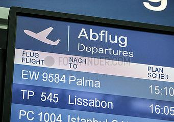 Abflug nach Mallorca  Anzeigetafel am Flughafen Duesseldorf  Nordrhein-Westfalen  Deutschland