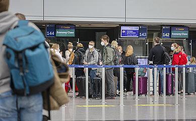 Urlauber am Condor Check-in Schalter am Flughafen Duesseldorf  Nordrhein-Westfalen  Deutschland