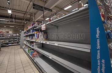 Leere Regale im Supermarkt  Kuechenrollen ausverkauft  Muenchen  April 2020