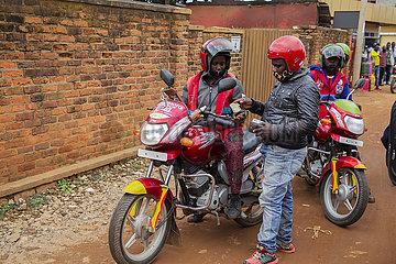 Rwanda-KIGALI-weiblich-Motorrad-Reiter