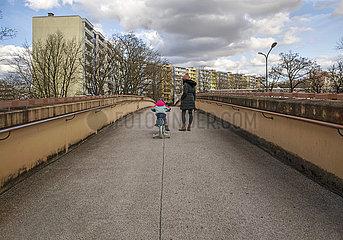 Mutter und Kind  Spaziergang  Muenchen-Neuperlach  27. Maerz 2021