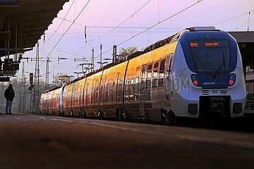 Nahverkehrszug am Bahnhof Oberbarmen in der Abendsonne  Wuppertal  Bergisches Land  Nordrhein-Westfalen  Deutschland  Europa