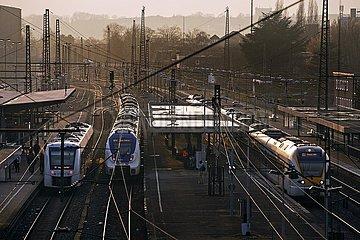 Nahverkehrszuege am Bahnhof Oberbarmen  Wuppertal  Bergisches Land  Nordrhein-Westfalen  Deutschland  Europa