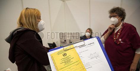 Deutschland  Bremen - Corona-Impfung: Impfzertifikat der WHO  Impfzentrums in den Messehallen  ueber 80-Jaehrige nach Impfung