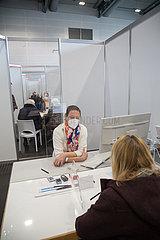 Deutschland  Bremen - Corona-Impfung: Vom DRK betriebener Teil des Impfzentrums in den Messehallen  ueber 80-Jaehrige beim Vorbereitungsgespraech mit einer Aerztin