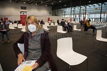 Deutschland  Bremen - Corona-Impfung: Vom DRK betriebener Teil des Impfzentrums in den Messehallen  ueber 80-Jaehrige im Ruhebereich nach der Impfung