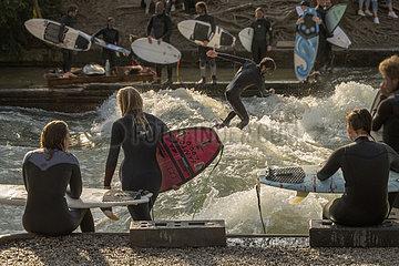 Surfer am Muenchener Eisbach  31. Maerz 2021