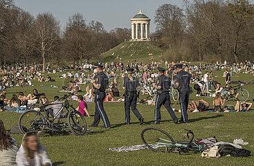 Polizeistreife im Englischen Garten  Lockdown  Muenchen  31. Maerz 2021