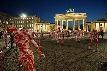 Kunst-Installation von Dennis Josef Meseg zum Thema Coronakrise mit dem Titel It is like it is   Brandenburger Tor  Pariser Platz