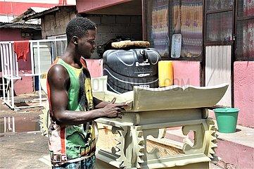 GHANA-ACCRA-SCHREINER-TRADITION-Sarg MAKING GHANA-ACCRA-SCHREINER-TRADITION-Sarg MAKING