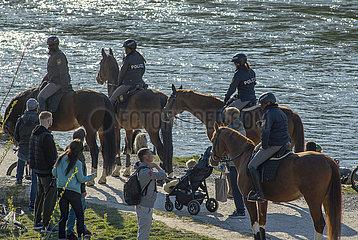 Berittene Polizei kontrolliert Coronaregeln am Isarufer  Ostersonntag  4. April 2021