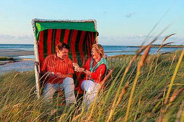 Paar im Strandkorb  Ostsee.