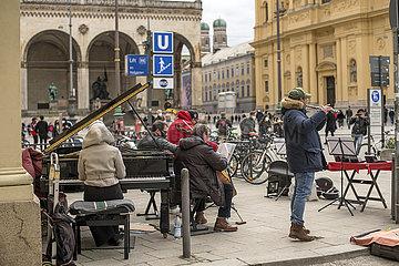 Musikgruppe  Strassenmusiker am Odeonsplatz  Ostersamstag  Muenchen 2021