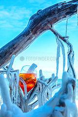 Aperol Spritz am winterlichen Ostseestrand
