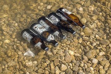 Bier kuehlen im Eisbach  Englischer Garten  Muenchen  Maerz 2021
