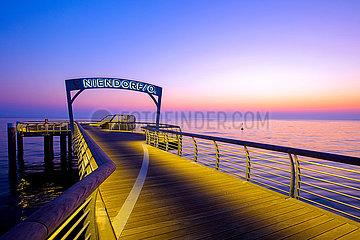 Niendorf. Niendorfer Seebrücke im Morgenlicht