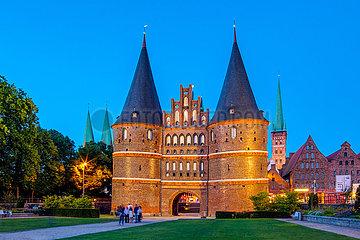 Hansestadt Lübeck  Lübecker Holstentor am Abend