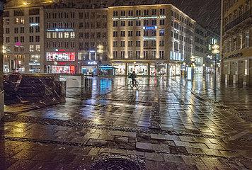 einsamer Fahrradkurier auf dem Marienplatz  Muenchen  Ostermontag  5. April 2021