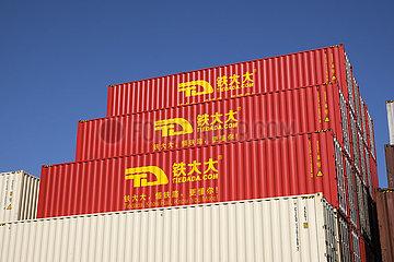 Rote chinesische Tiedada Container  Duisburger Hafen  Container am Containerterminal  Duisport  Ruhrgebiet  Nordrhein-Westfalen  Deutschland  Europa