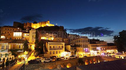 Tiflis  Georgien  Blick auf die Festung Narikala am Abend
