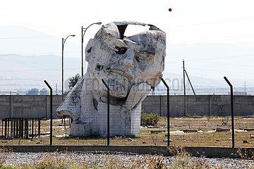 Tiflis  Georgien  entsorgte Lenin-Bueste auf einem brachliegenden umzaeunten Gelaende