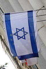 Tiflis  Georgien  Nationalfahne von Israel. Dahinter scheint die Europafahne durch