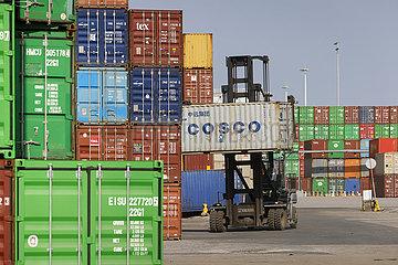 Duisburger Hafen  COSCO Container am Containerterminal  Duisport  Ruhrgebiet  Nordrhein-Westfalen  Deutschland  Europa