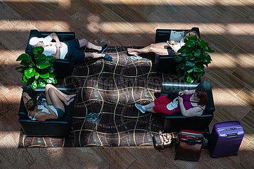 Singapur  Republik Singapur  Menschen entspannen sich in Sesseln in einem Einkaufszentrum in Marina Bay Sands
