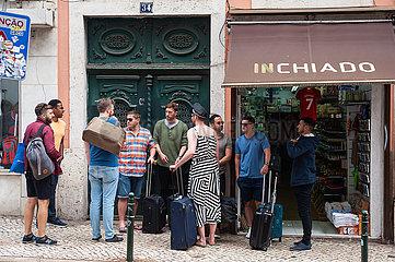 Lissabon  Portugal  Maennliche Touristengruppe mit Koffern in der portugiesischen Hauptstadt