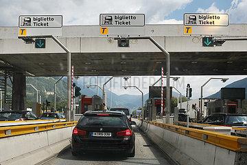 Brenner  Italien  PKW fahren durch die Mautstelle am Brennerpass